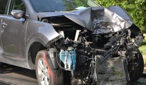 davanti auto distrutto demolizione auto
