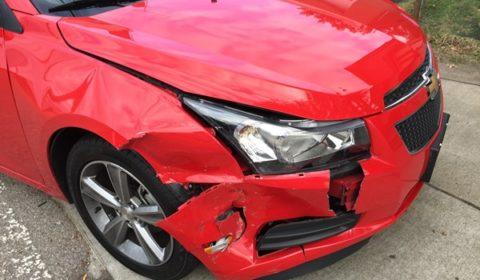 macchina rossa danneggiata demolizione auto