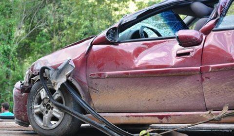 macchina schiantata demolizione auto